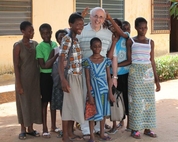 Con alcune bambine cieche che, approfittando del momento della fotografia, mi toccano per capire come sono fatto - Maggio 2013
