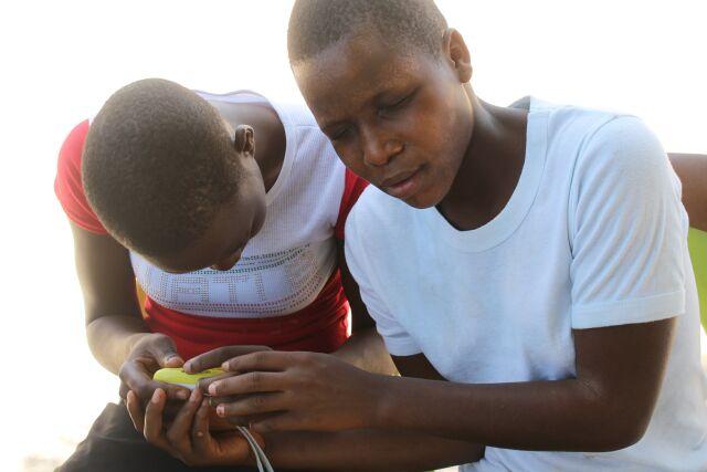 Due ragazze cieche imparano ad usare un lettore MP3 per gli audiolibri appena consegnato - Maggio 2014